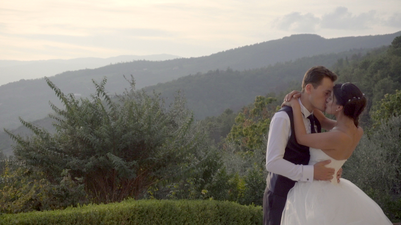 silvia e fabio tuscany wedding kissing